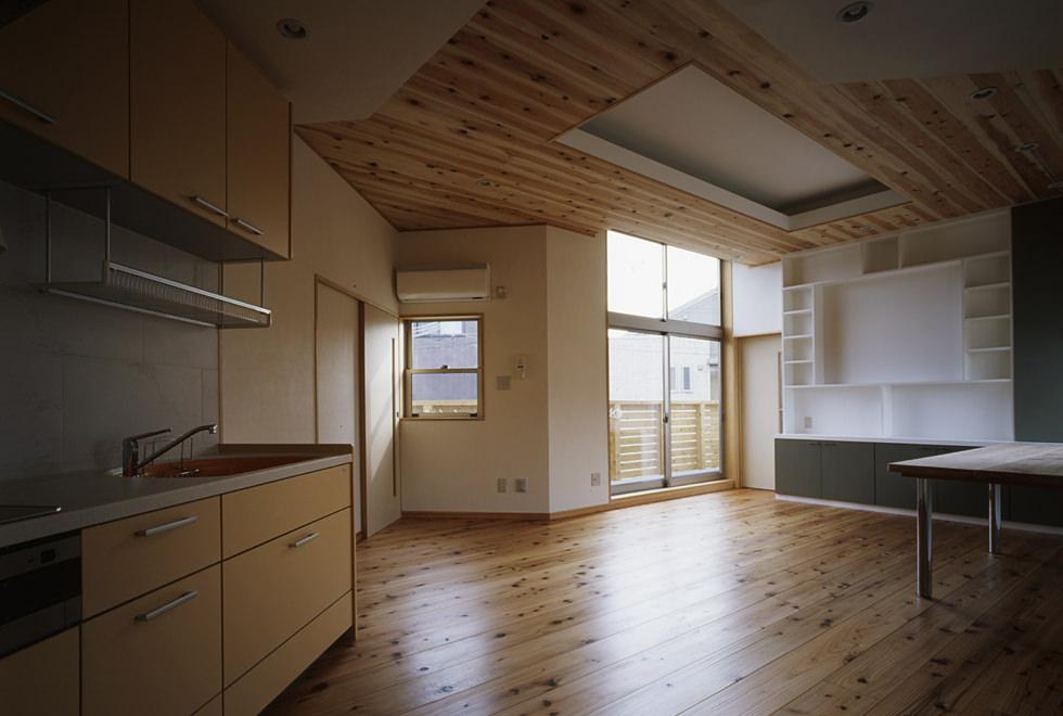 垂水の店舗併用住宅 2階住居部分 キッチンからリビング方向を見る