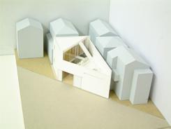 周囲を建物に囲まれた三角形の敷地でも、建築家のアイデアで快適に
